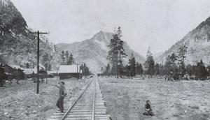 Efter att bröderna Recen funnit stora guld- och silverfyndigheter i Frisco blev samhället snabbt intressant även för järnvägsbolagen. Här en bild som visar infarten mot Frisco.