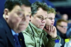 Moratränaren Lasse Ivarsson följde spänt Leksands möte med Oskarshamn, rivalen om en plats i förkvalserien.