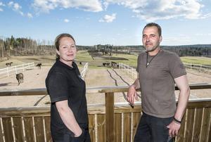 Ann och Emil på terrassen som vetter ut mot hästhagarna, här kan hästägarna sitt och beskåda sina ädelstenar.