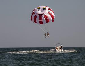 Sväva i fallskärm bakom en motorbåt - poppis i Sunny Beach.   Foto: Johan Öberg