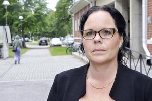 Kommunalrådet Marie Larsson (S) kan inte säga när det kan bli laddstolpar i kommunen.
