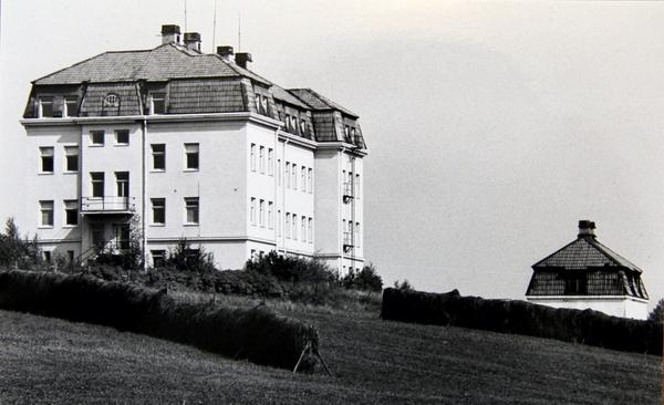 Första ålderdomshemmet. Efter många år med fattigstugor, där samhällets gamla och utsatta levde under svåra förhållanden, stod det ståtliga kommunhemmet i Åvestbo klart 1911. De boende jobbade i hemmets jordbruk, bland annat.