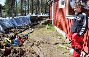 På insidan av vallarna, under och runt huset, har ett pumpsystem hela tiden sett till att vatten som trängt genom fördämningen pumpats ut igen.