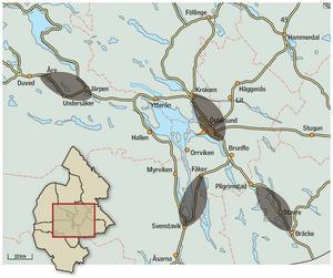 Branden som drog fram i Västmanland i början av augusti var 1 mil bred och drygt 2 mil lång. De grå områdena på kartan visar exempel på vilken utbredning branden hade haft om samma areal brandhärjats på olika platser i Jämtlands län. Grafik: Alexander Andersson