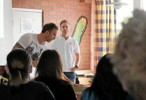Michael Pihl och Daniel Bravell informerar föräldrarna till barnen i de blivande pilotklasserna.