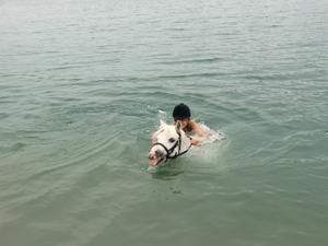 Emilia simmar med sin älsklingshäst Hedvig, en trevlig ridutflykt och härligt sommarminne med bästisen Sofia och hennes syster Sara.