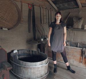 I det här stora karet gjorde man förr i tiden potatismjöl, berättar Åsa Hammar.