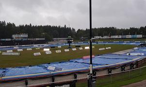Regntunga skyar över Vetlanda motorstadion stoppar semifinalen mellan Elit Vetlanda och Rospiggarna.
