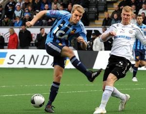 Djurgårdens Johan Oremo bommar lagets bästa chans. Michael Almebäck till höger.