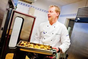 """""""Att jobba i ett kök på ett äldreboende är som värsta lördagsrusningen på krogen. Det är massor av lappar med massor av olika beställningar, och ingen order är den andra lik"""", säger den nye kökschefen Johan Andersson."""