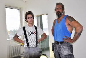 Bygg- och rörentreprenören Jim Magnusson (till höger) tror att de kommer att klara sin del i tid. Med på bilden är golvläggarlärlingen Kim Arosell.
