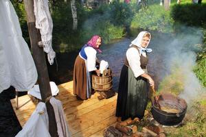 Runt 1860 var det vanligt att byka tvätt. Här prövar Lillemor Olsson och Siv Unosson på det tunga arbetet.