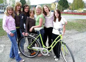 Emma Sundvisson, Isabelle Neuman, Jenny Norberg, Sara Månsson, Gina Eriksson, Mimmi samt Julia Nilsson var mycket nöjda med jakten på Ginas cykel som stals för en månad sedan.
