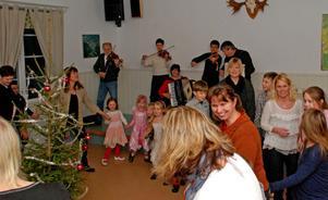 Det var bara glada miner när både vuxna och barn deltog i dansen i Backa bystuga.