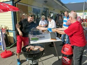 Mickey Pettersson och hans fru Annika grillade korv och hamburgare till cyklisterna och andra deltagare.