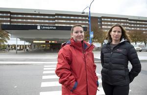 Beatrix Markovics och Maria Kylili utanför länssjukhuset där de är välkomna – men ändå inte.