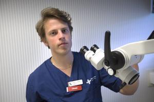29-årige läkaren Anders Lundberg trivs på Hudiksvalls sjukhus och kommer att stanna där.