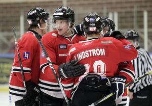 Jonas Lindström skrinnade igenom i numerärt underläge och skickade in 5–0.