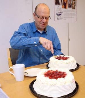 Björn Nyberg, chef för Coop Forum i Söderhamn, firade ett bra bokslut genom att bjuda personalen på tårta till kaffet, på tisdagen. Han köpte fyra stycken.