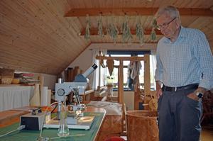 Åke Flood insiminerar bidrottningar i sitt hem.