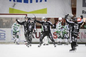 SAIK-jubel i Västerås efter ännu ett mål. 12–4 i söndags blev 9–4 på onsdagskvällen och nu har SAIK 2–1 i matcher och kan avgöra på hemmaplan