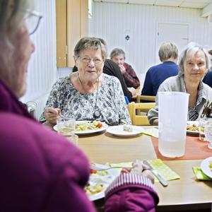 Rut Karlsson och Irene Lund har en trevlig stund i Vågbrokyrkan.