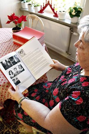 I boken varvar Henny Lindberg berättelser från sitt liv med bilder från barndomen och från nu.