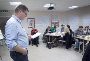 Roger Sundström gav deltagarna en uppgift som handlade hur en bra grupp arbetar.