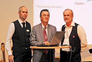 Här är arrangörerna fångade på bild. Från vänster André Jonsson Folketshuschef, Hans Westlund ordförande i Bräcke ABF-avdelning och kvällens konferencier samt Bertil Jonsson, ombudsman i Bräcke ABF-avdelning.Foto: Kerstin Andersson
