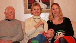 När fyra generationer samlade på fika hemma hos mormorsfar Einar Vågberg i Norrflärke togs denna bild med från vänster: Einar, hans dotter Mona Vågberg, Umeå, med barnbarnet William Bylund i famnen och till höger om dem mamma Marie Bylund, Stockholm.