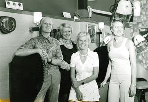 I salongen. Stig poserar med sina damer i salongen i Sala år 1973.