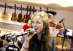 sjunger. Lovisa Hellsten, som ska sjunga en del av Aleksandras och Fabians låtar.