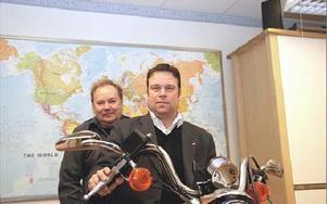 Pierre Bengtsson, längst fram, och kompanjon Mica Hohenthal på Mafi AB i Mora gasar nu ut i världen. De är nominerade till Årets exportföretag i Dalarna.FOTO: MATS LINDSTRÖM