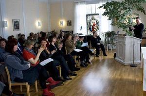 Föreläsaren Tomas Sjödin välkomnades varmt av diakonerna.