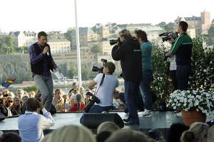 Pressfotograferna skyndade till för att få en närbild på Anders Lundin uppe på scenen.