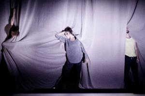 Eva Mohn, Agnieszka Dlugoszewska och  Anand Bolder i The Plateau Effect i koreografi av Jefta van Dinther.