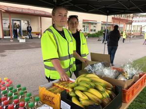 Frukt, dricka och kexchoklad till alla efter Bullerbyloppet. Fritidspersonalen är tacksamma för de sponsorer som skickat med godsaker.