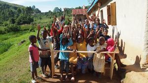 Barnen i byn har snickrat egna skolbänkar.