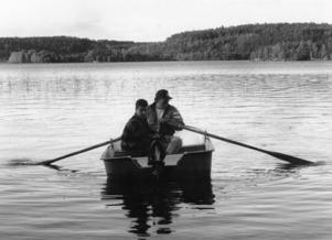 Ort: Bergsjö   Rubrik: Nu är det KRÄFTOR som gäller.   Bildtext: Två män i en båt, Per Westrin och Weine Ekman på väg till årets festligaste begivenhet: kräftfisket. På onsdag var bara sjöarna tillåtna, på fredag är det dags för Vadeån att skattas på sitt kräftbestånd.