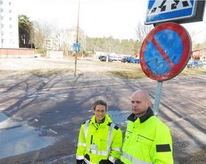 Nya streck behövs. Tekniska kontorets Emma Wegrell och Kent Nyman på Hammarbacksvägen i korsningen vid Karlavagnsgatan där skolbarn korsar gatan.