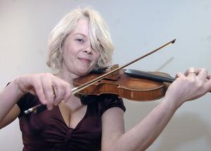 Riksspelmannen Oline Bakkom från Östersund underhöll med sin fiol.