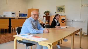Valförrättarna får inte kryssa av sina egna röster. Sven Bellander ska rösta när han blir avbytt, valförrättare har han varit på valdagar sedan 1976. Ida Stenmark har förtidsröstat och registrerar röster för första gången.