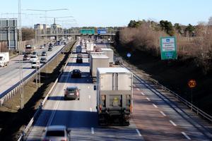 Förändrad vägtrafikbeskattning borde göra det bli billigare att köra bil i Nykvarn och dyrare i Stockholm. Foto: Bertil Ericson/Scanpix