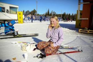 Jolie Björnfot Jakobsson passar på att ta en härlig fikapaus efter tävlingsinsatsen i Västjämtska.