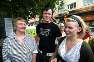 Kul med tur. Christina Bjurman är på plats i kön med sina barnbarn Patrik och Caroline. Foto:Mikael Hellsten