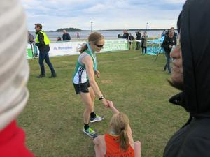 Julia Forslin grattar segraren Malin Besson.