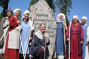 Slutmålet. Helena Wigert, Inga-Britt Nordkvist, Majvor Rossander, Ingegerd Pettersson, Elisabeth Andersson, Marie Söderlund och Cina Kedvall vid Staffansstenen.