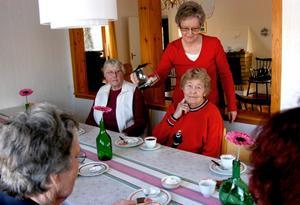 Att träffas under enkla former lyfter hela vardagen. Solveig Altonen och Marianne Andersson besöker gärna Röda Korsets Anhörigcafé. Här serveras de kaffe av Ulla Lewau.