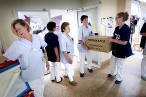 SMASKIGT. Barnkliniken fick förutom pengar även en låda med pepparkakor som Ulf Hanses och hans kollegor vaskat fram. Maj Paulsson, Mia Österback, Silva Gregoria, Agneta Nord Markström och Elin Timmerholm i personalen är glada för överraskningen.
