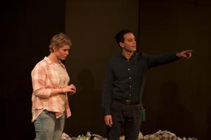 Lee (Sara Larsson) och Malen (Ibrahim Tunc) i AT Pegasus föreställning som spelas i Kulturhuset Gävle.